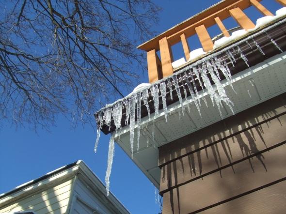 Cuando se forman carámbanos en el tejaroz llega pronto la Primavera.  When icicles form at the eaves Spring can't be far off...Toronto, February 28th, 2013