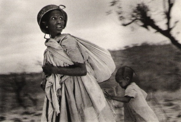 Scouting for airplanes_Ethiopia 1985_photo by Sebastiao Salgado