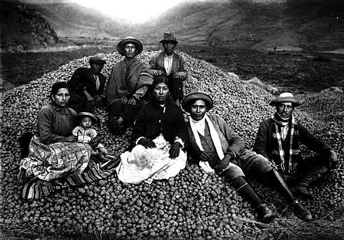 La Familia Ezequiel Arce con su cosecha de papas Cuzco Perú 1934_foto por Martín Chambi