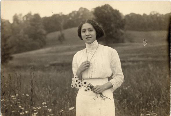 ZP_Mamie Estelle Fearing Scurlock with bouquet_1910_photographer Addison Scurlock