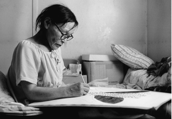Pitseolak Ashoona at work on a drawing in 1971_photograph by John Reeves