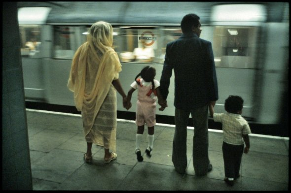 "1980s photograph from Bob Mazzer's decades-long ""camera journal"" about London's subway system a.k.a. The Underground_Bob Mazzer, fotógrafo_foto del Metro o Subterráneo de Londres, años 1980"