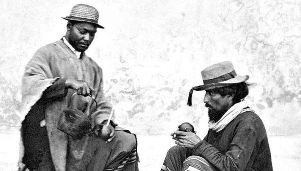 """Dos gauchos de La Triple Frontera entre Argentina, Paraguay y Brasil_Bebiendo yerba mate_Vintage photograph of two """"gauchos"""" drinking """"yerba mate"""""""