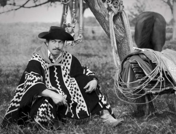 """Foto romántica de un gaucho argentino estereotípico_Casi es una versión sudamericana del vaquero tejano. A romantic, stereotypical photograph of an Argentinian """"gaucho"""", the South-American counterpart to the Texas Cowboy."""