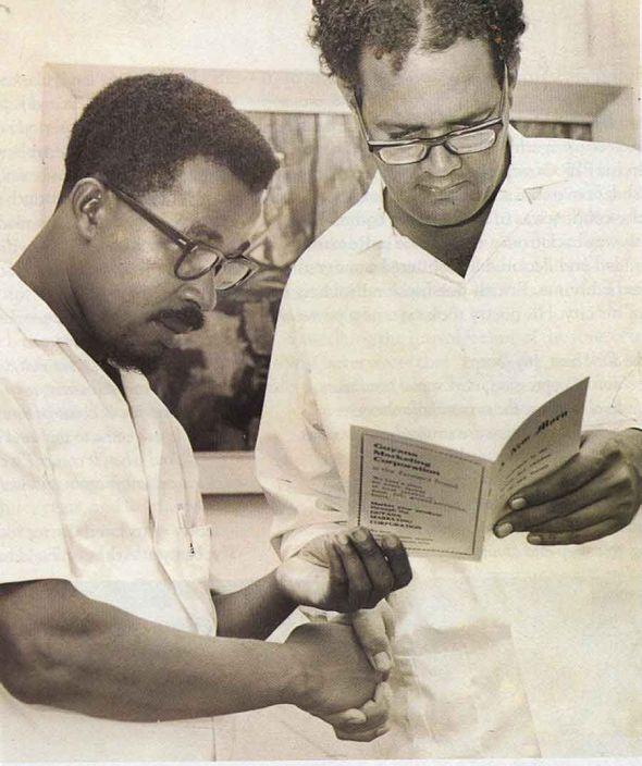 Martin Carter (al derecho) con un poeta-compañero Ernest Perry_Georgetown, Guyana