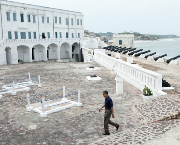 Barack Obama at the Cape Coast Castle in Accra, Ghana, 2009. Photo by Pete Souza. Barack Obama durante su visita a la Fortaleza de la Costa del Cabo en Accra, Ghana, 2009. Foto de Peter Souza.