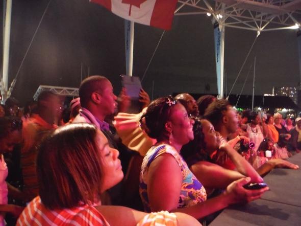 """La joyeuse foule durant le spectacle-musicale """"zouk"""" à Harbourfront, Toronto_02 août 2015"""