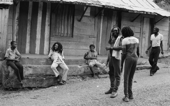Bob Marley visitant le village de sa naissance, Nine Mile, dans la paroisse de Saint Ann, Jamaïque