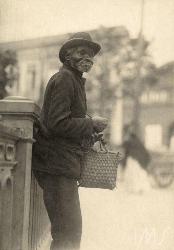 Vincenzo Pastore, photogapher_Agéd man on Rua São João in São Paulo_circa 1910