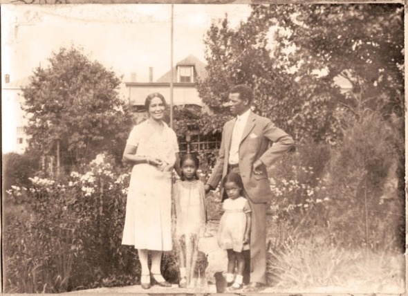 La poetisa Anne Spencer con su marido Edward y dos nietas_Lynchburg, Virginia, EE.UU._hacia 1930 / Poet Anne Spencer and her husband Edward in their Lynchburg, Virginia garden with two of their grandchildren_circa 1930
