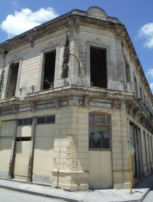 Edificio deteriorado_Holguín_Cuba_mayo de 2016