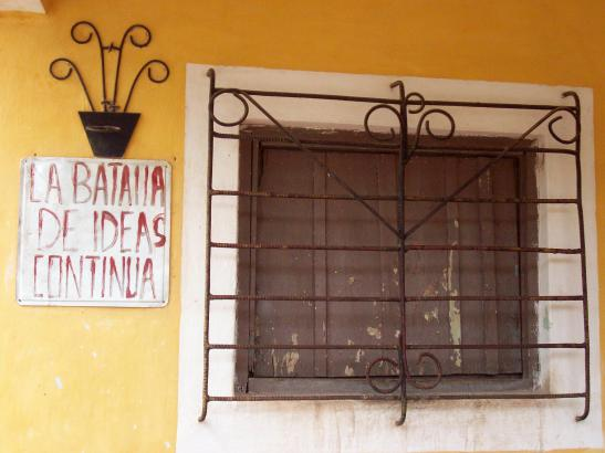 """The battle of ideas continues..."" / ""La batalla de ideas continua..."" Foto © Peter W. Davies_Cuba 2011"